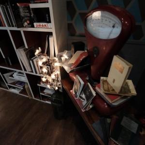 I libri in esposizione al Sofart cafè hanno un ruolo importante nell'arrredamento...