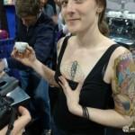 Una barista con tatuato il marchio di una notissima azienda di macchine da caffè!