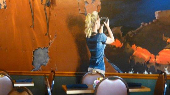 Qui, nell'opera d'arte rientra anche la ragazza, che le fa la foto...
