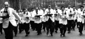 Sapete che negli anni '50 venivano organizzate gare di corsa per camerieri?